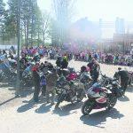 Koulukiusaamista vastustavat motoristit pärähtivät koulun pihaan